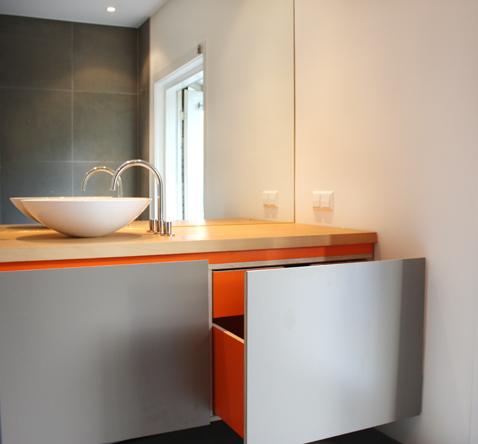 badkamerkast oranje interieur grijs fineer