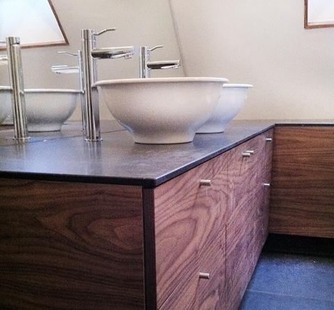 badkamermeubel op maat met 2 kommen en wandspiegel