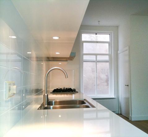 verlengd keukenblad wit glans met bovenkastjes