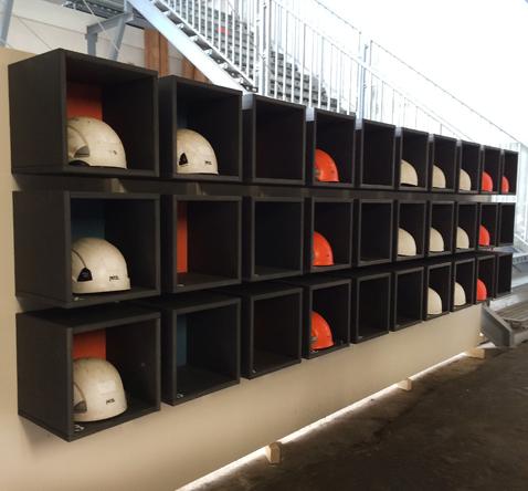 kastenwand op maat voor veiligeheidshelmen