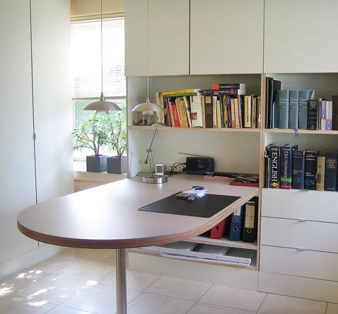 kastenwand op maat en werktafel voor studeerkamer