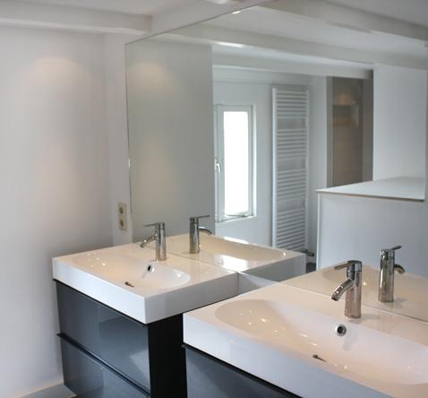 ruime badkamer gesitueerd op zolderverdieping